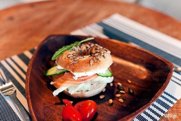 Ржаной бейгл с лососем и сливочным сыром —170 рублей. Изображение №1.