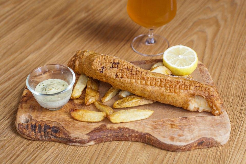 Fish & Chips (треска, картофель фри, соус «Тартар») 690 рублей . Изображение № 30.