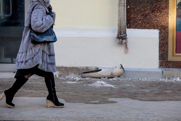 Вода из трубы ливнестока с крыши дома попадает прямо на тротуар. Поэтому лотки водоотвода заледенелые. Вода может перелиться через край и попасть на тротуар. Изображение № 7.
