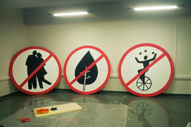 На Обводном вывесили знаки, запрещающие целоваться, есть мороженое и жонглировать. Изображение № 5.