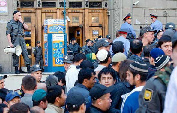 Полицейский объявляет в мегафон: «Пожалуйста, двигайтесь аккуратней, среди вас женщины и дети!» Затем мегафон берет мусульманин и переводит толпе объявление.. Изображение № 10.
