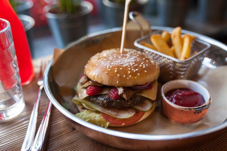 Бургер с котлетой из говядины, фуа-гра и свежей малиной — 460 рублей . Изображение № 14.