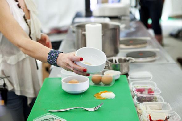 Omnivore Food Festival: Бенжамен Турсель готовит яйца конфи с копчёным чаем и сливами умебоши. Изображение № 33.