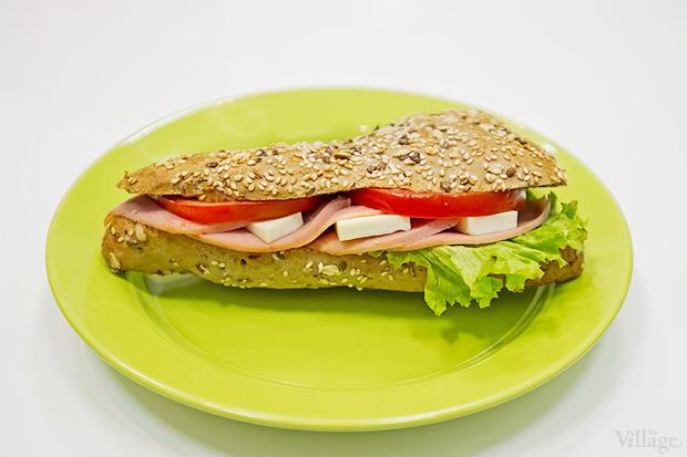 Сэндвич с куриной ветчиной —28 гривен. Изображение № 6.