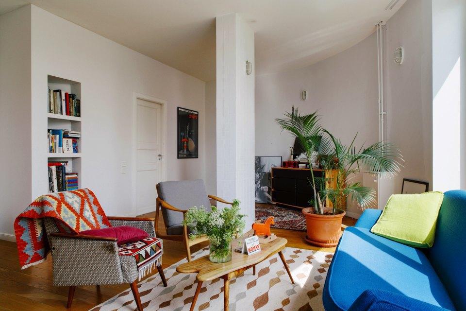 Двухэтажная квартира сжёлтой лестницей исадом набалконе . Изображение № 15.