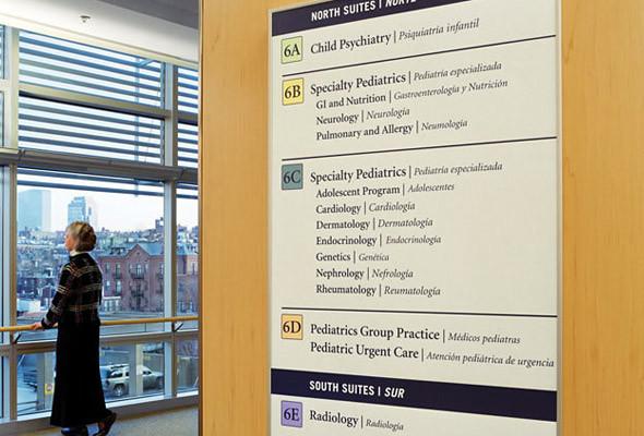 При входе в отделение пациент сталкивается с более специфической информацией, которая также четко структурирована. (Massachusetts General Hospital) . Изображение № 17.