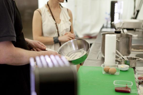 Omnivore Food Festival: Бенжамен Турсель готовит яйца конфи с копчёным чаем и сливами умебоши. Изображение № 27.