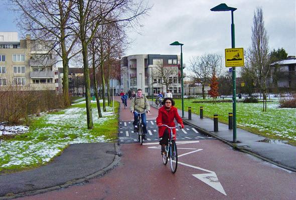 Во многих европейских городах жители ездят на велосипедах круглый год.. Изображение № 72.