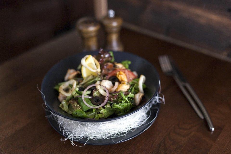 Средиземноморский салат — 390 рублей. Изображение № 11.