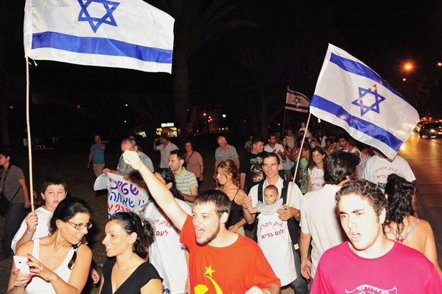 Как у них: Чего требуют на митингах жители Афин, Минска, Тель-Авива и Гонконга. Изображение № 3.