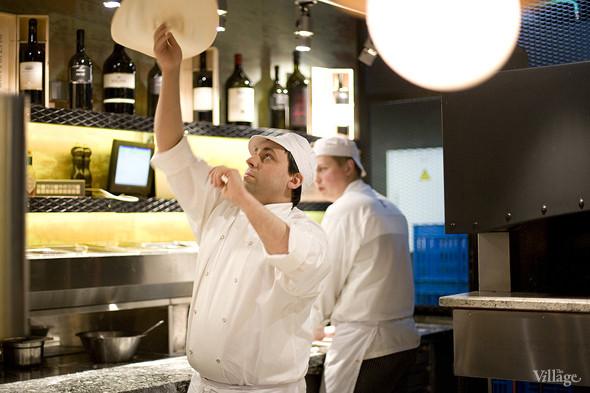 Пиццайоло Barmalini, Роман Климентов, подкидывает тесто для пиццы, чтобы раскатать его до нужных размеров. Изображение № 3.