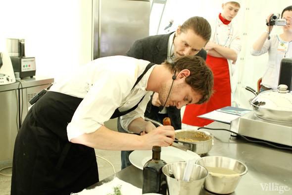 Omnivore Food Festival: Майкл Гринвольд и Симоне Тондо готовят орзотто из ячменя и тартар из голубя. Изображение № 31.