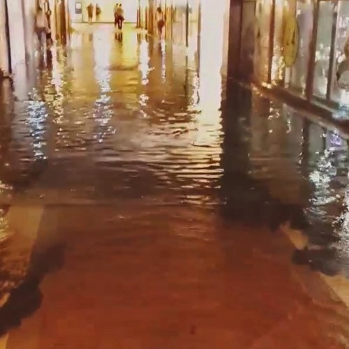 Из-за ливня затопило верхний этаж торгового центра «Охотный Ряд». Изображение № 1.