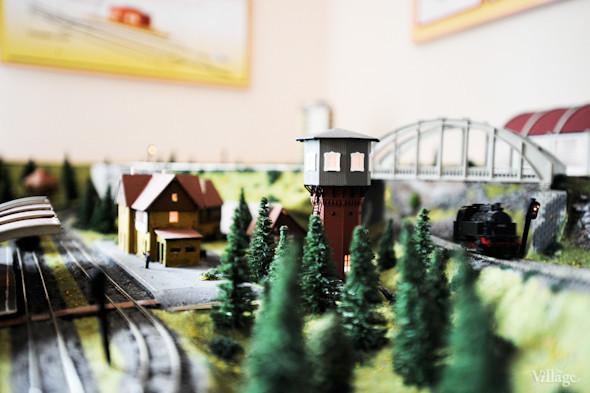 С помощью макета в кружке юных железнодорожников моделируют различные ситуации, например: переезд виадука, перевод стрелок, прибытие поезда на станцию.. Изображение № 16.