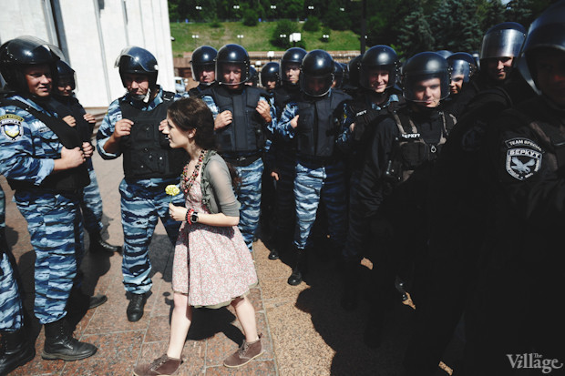 Как полагается на таких акциях, находится девушка, одаривающая милиционеров гвоздиками (традиция зародилась в 1960-х в США благодаря знаменитому фото Берни Бостона Power Flower c пацифистами, вставляющими цветы в стволы винтовок армейцев). Изображение № 22.