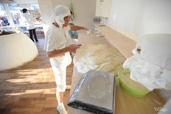 Фоторепортаж: Как пекут хлеб в тандыре. Зображення № 8.
