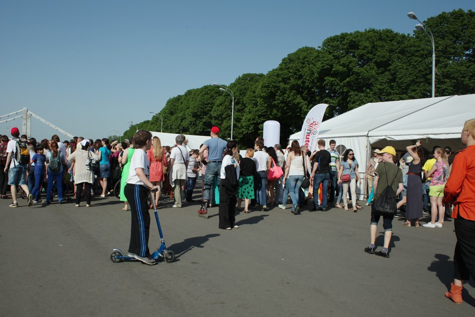 Как выглядит парк Горького в выходной день. Изображение № 13.