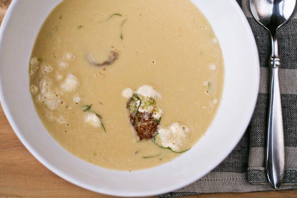 Картофельный суп с луком-пореем, гребешками, яблоком и маслом нуазет 490 рублей. Изображение № 20.