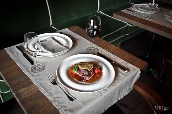 Филе говядины с соусом Барбареско и трюфельным пюре из плодов нежного картофеля — 980 рублей. Изображение № 40.