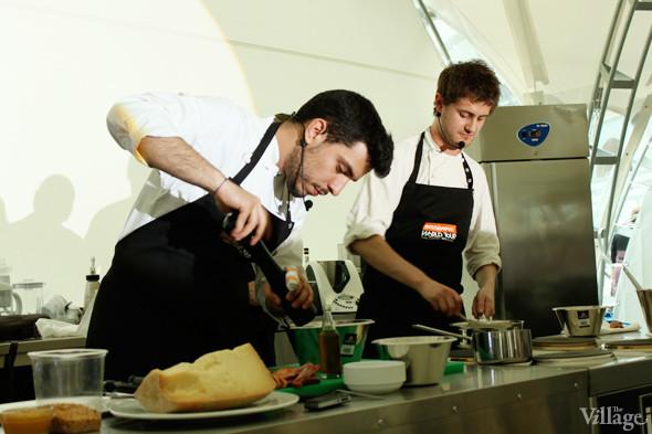 Omnivore Food Festival: Майкл Гринвольд и Симоне Тондо готовят орзотто из ячменя и тартар из голубя. Изображение № 12.