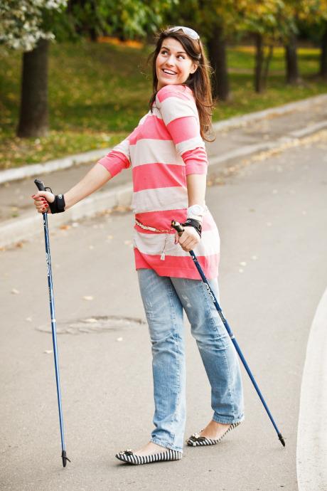 Люди в городе: Кто занимается скандинавской ходьбой. Изображение №13.