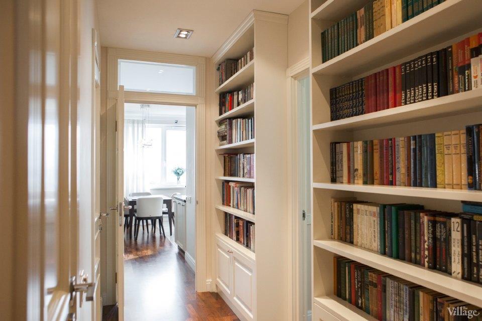 Книжный шкаф в прихожую фото в интерьере