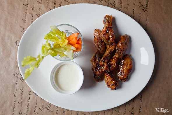Крылышки баффало с морковью и сельдереем с соусом блю-чиз — 290 рублей. Изображение № 41.