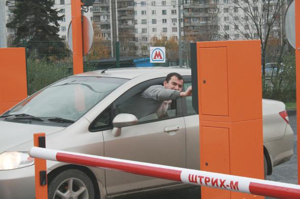 Михаил, владелец праворульного автомобиля: «Это, конечно, отличная идея. Такой штуки не хватало на Варшавке. Но вот только мне как-то не удобно будет каждый раз через сидение перелезать».. Изображение № 15.