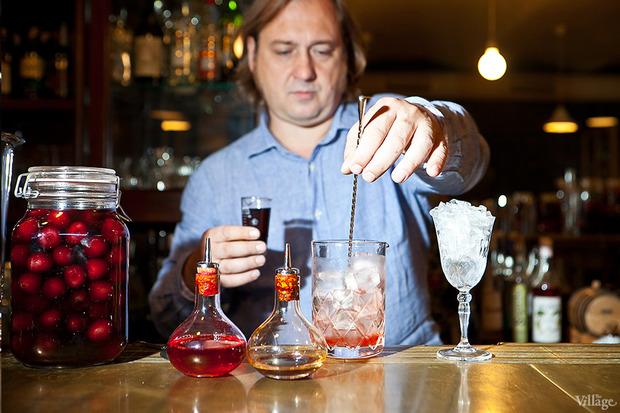 Поместить в смесительный стакан коктейль из бочки. Изображение № 21.