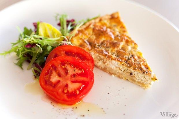 Горячий прованский пирог с козьим сыром, с кольцами томатов и листьями салата — 55 грн.. Изображение № 37.