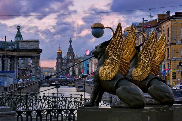 Скульптуры грифонов наБанковском мосту защитят отлюбителей селфи. Изображение № 1.