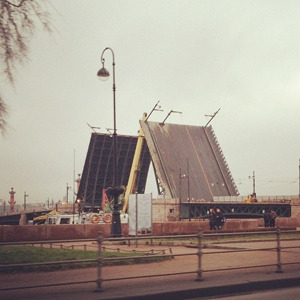 Дворцовый мост впервые развели на все выходные. Изображение № 10.