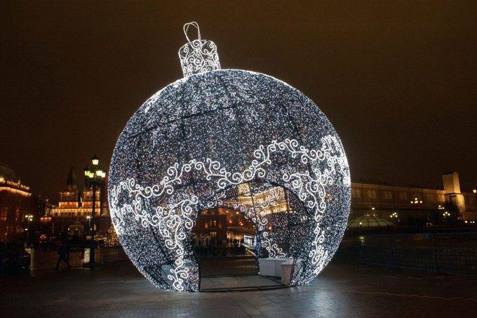 Огромный ёлочный шар наМанежной площади. Изображение № 1.