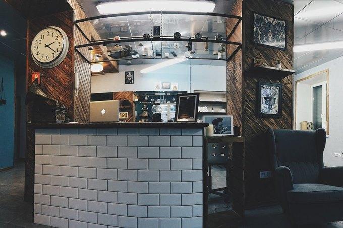 На Большой Ордынке открылась тату-студия и мужская парикмахерская Maverick Studio. Изображение № 1.