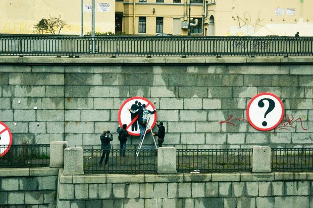 На Обводном вывесили знаки, запрещающие целоваться, есть мороженое и жонглировать. Изображение № 2.