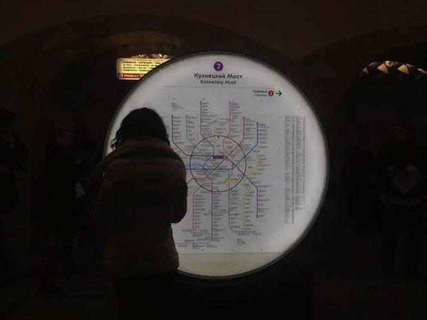 На трёх центральных станциях метро установили информационные стелы. Изображение № 3.