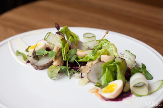 Салат с осетриной, печёными овощами и маринованными перепелиными яйцами из меню «22.13». Изображение № 6.