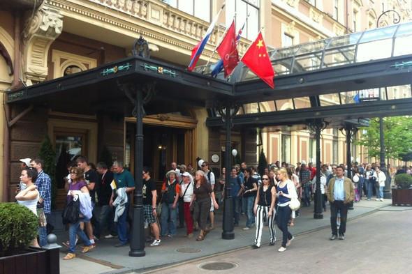 В воскресенье в Петербурге гуляли 500 человек, в понедельник закрывают Исаакиевскую. Изображение № 15.