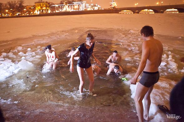 Фоторепортаж: Крещенское купание в Петербурге. Изображение № 10.