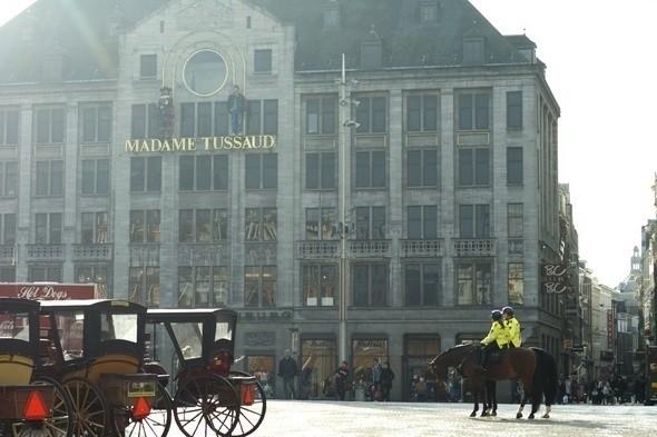 Конная полиция на фоне музея мадам Тюссо, центральная площадь Dam. Изображение № 9.