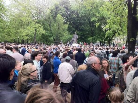 Литераторы и больше десяти тысяч их читателей прогулялись по московским бульварам. Изображение № 1.