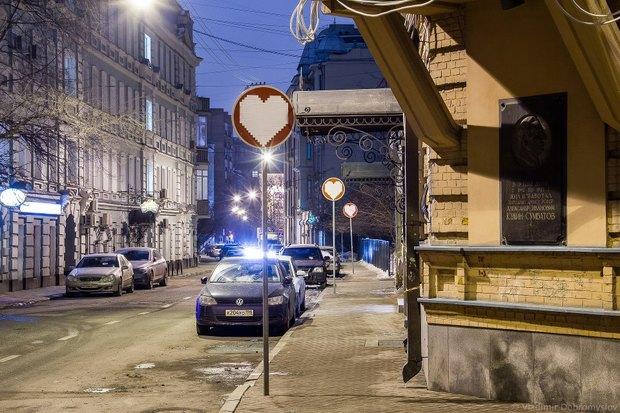 В районе Патриарших прудов кирпичи превратили в сердечки. Изображение № 1.