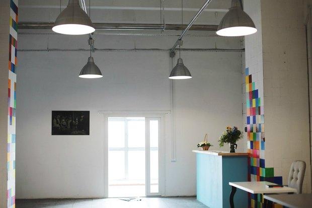 В здании завода «Пекарь» открылась фотостудия с выходом на крышу. Изображение № 4.