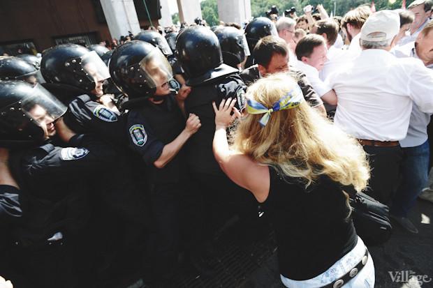«Беркут» движется в сторону митингующих, пытаясь оттеснить их от входа в «Украинский дом». Изображение № 27.