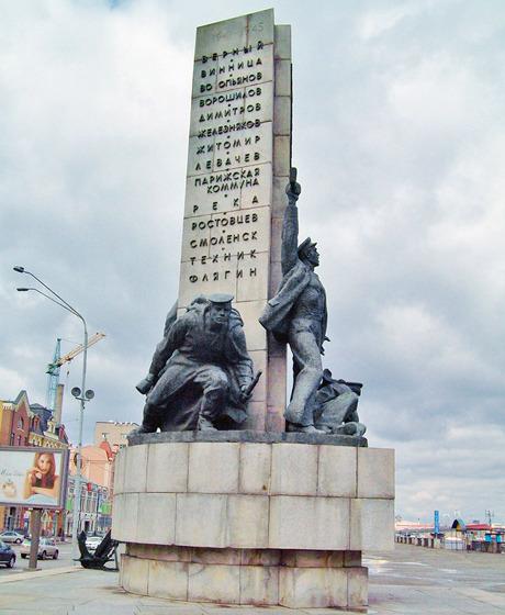 На Почтовой площади демонтировали памятник морякам-освободителям. Зображення № 3.