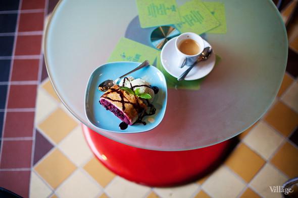 Штрудель с шоколадным соусом и шариком сливочного мороженого — 150 рублей. Изображение №29.