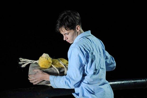 «Энималс», мрачноватый испанский артхаус о непростых отношениях 18-летнего героя с девушкой, бойфрендом и говорящим плюшевым медведем. Изображение № 7.