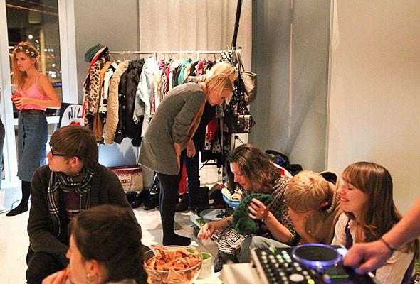 В Киеве можно будет обменяться ненужной одеждой и обувью. Изображение № 3.