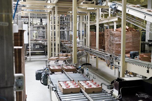 Готовые ящики с продукцией совершают долгий путь на ленте, которая проходит через весь упаковочный цех до отдела транспортировки. Изображение № 57.