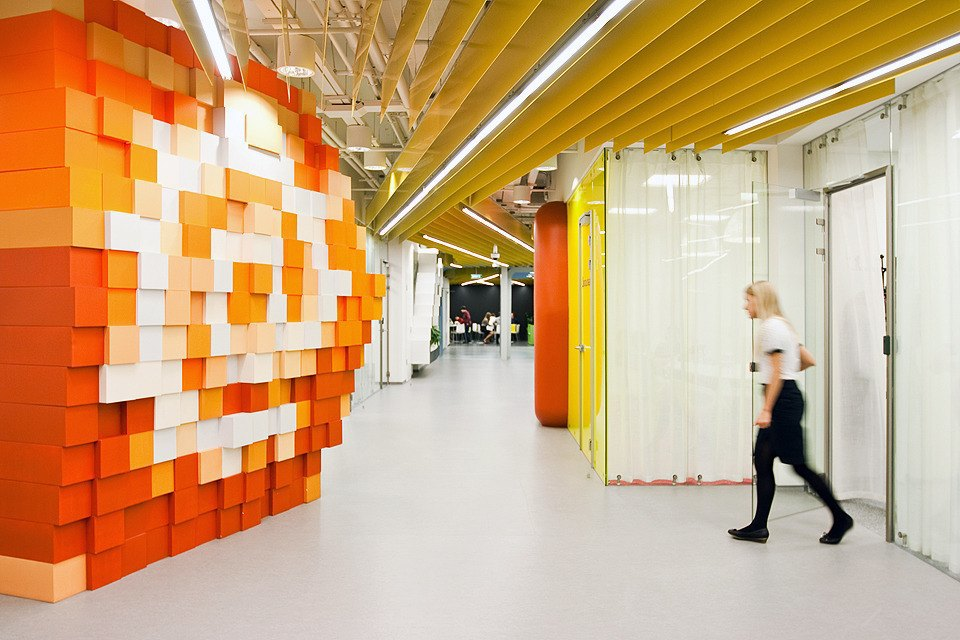 На каждой «пиксельной» стене изображён символ. . Изображение № 23.